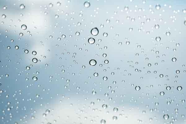 Agua de lluvia en cristal