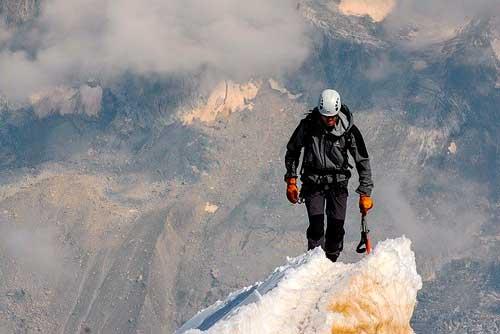 Alpinista subiendo montaña