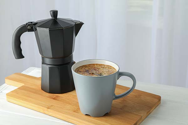 Cafetera con taza de café