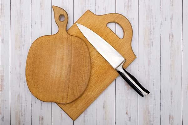 Cuchillo sobre bandeja de madera
