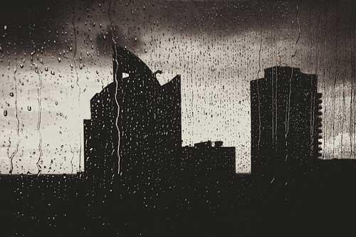 Edificios bajo la lluvia