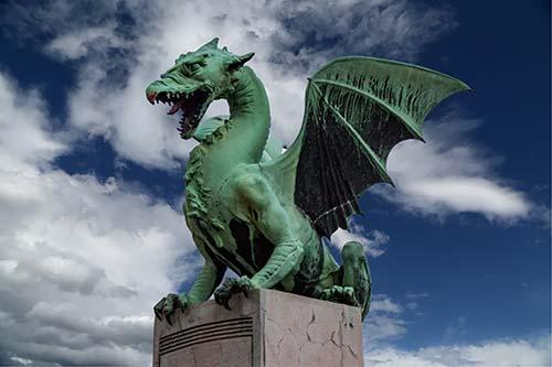 Escultura de dragón verde