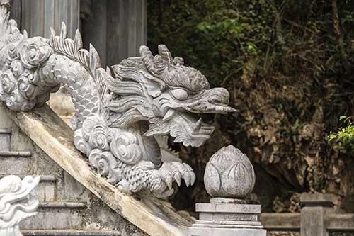Hermosa escultura dragón templo budista Trang an ninh binh en Vietnam