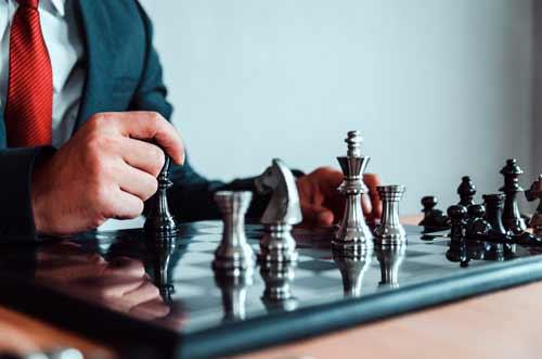 Hombre ante tablero de ajedrez