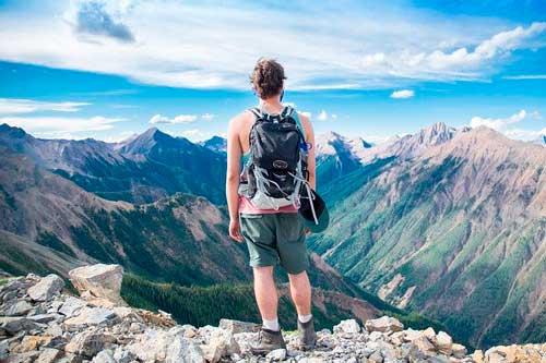 Hombre explorando montañas