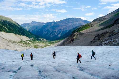 Hombres descendiendo los Alpinos suizos