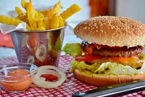 Menú de comida rápida: Hamburguesas con papas fritas