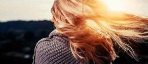 Mujer con pelo al viento