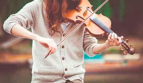 Mujer tocando un violín
