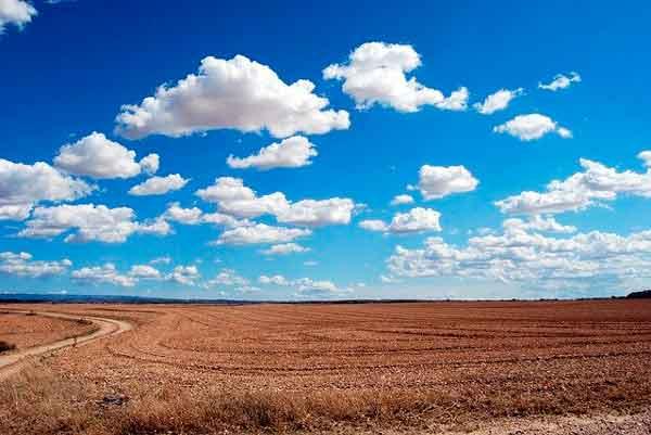 Nubes en horizonte en el campo
