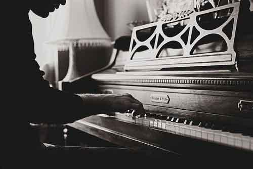 Pianista tocando el piano