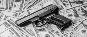 Pistola sobre billetes de dólares