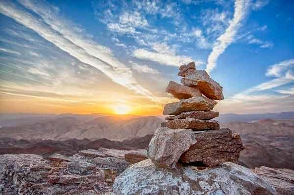 Torre de piedras ante hermoso atardecer